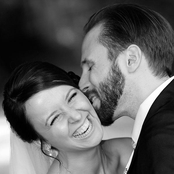 glückliches Brautpaar nach Portraitshooting